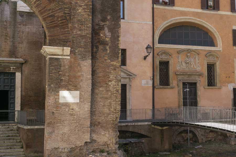 Portico d'Ottavia al ghetto di Roma con la chiesa di Sant'Angelo in Pescheria