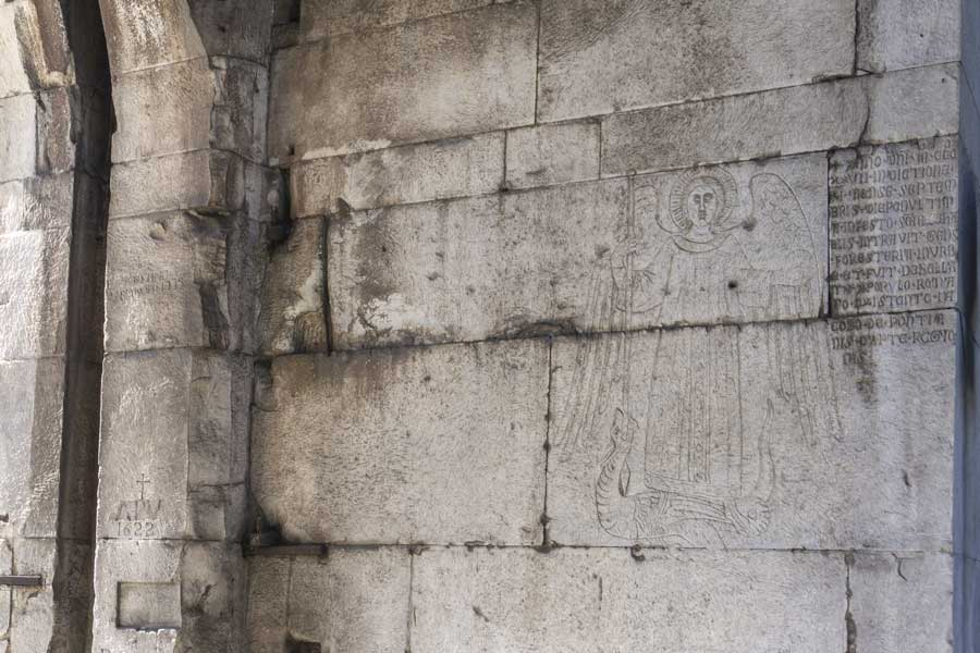 Dettaglio della Porta San Sebastiano di Roma con l'Arcangelo Michele inciso nel marmo
