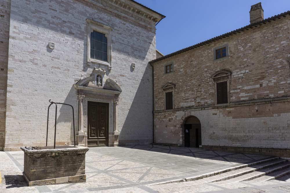 Facciata della Chiesa di Santa Maria Maggiore di Spello. All'interno, la Cappella Baglioni
